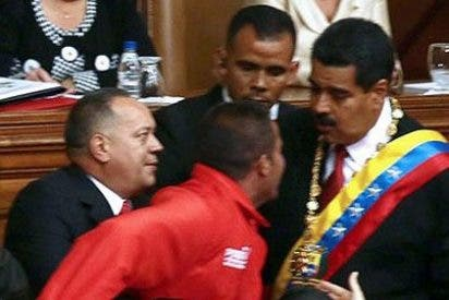 Un intruso se sube a la tribuna e interrumpe la toma de posesón de Maduro
