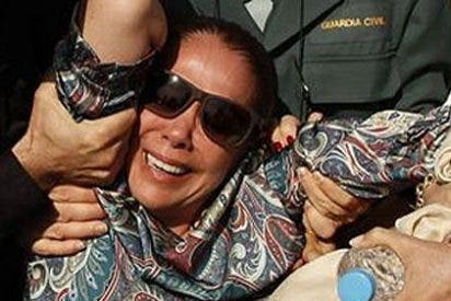 Una vociferante turba de curiosos y periodistas tira del pelo y arroja al suelo a Isabel Pantoja