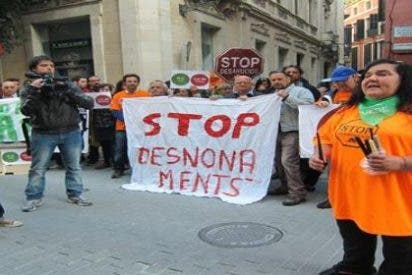 Un centenar de personas participa en un escrache frente a la sede palmesana del PP