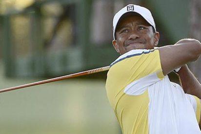 Tiger Woods golpea con su bola la base de la bandera en el hoyo 15 y se va al agua
