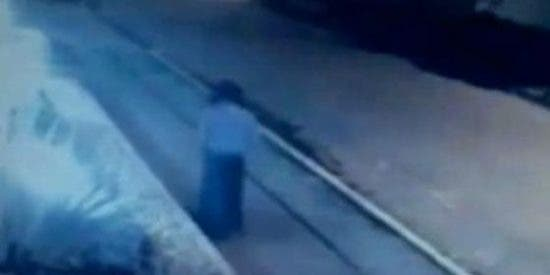 Vea a la mujer fantasma con joroba que asusta a los vecinos de un barrio de Bogotá