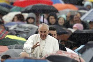 """Francisco, """"empapado"""" junto al pueblo, consagra al padre Ángel como icono eclesial de la solidaridad"""