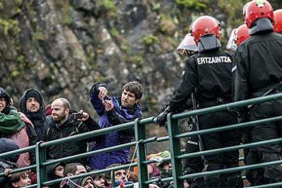 [Video] La Ertzaintza detiene a la etarra Alkorta en Ondarroa pese al 'muro humano' abertzale