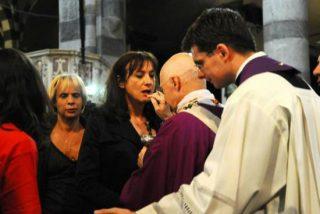 El cardenal Bagnasco da la comunión a una transexual
