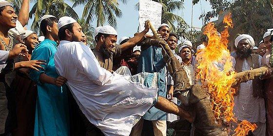 """Al menos 22 muertos en una manifestación por """"la muerte de los ateos"""" en Bangladesh"""