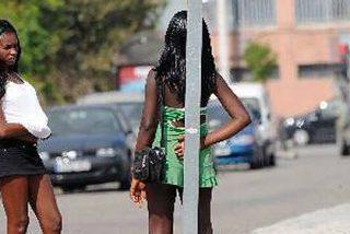 Una prostituta le parte una botella en la espalda a un turista en Magalluf para robarle