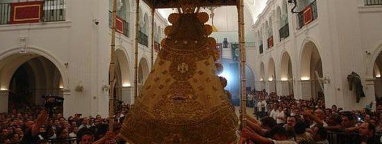"""Medio millón de fieles """"saltan la reja"""" para procesionar a la Virgen del Rocío"""