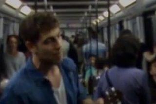Un joven periodista canta su C.V con un ukelele en el metro de Barcelona y arrasa en YouTube