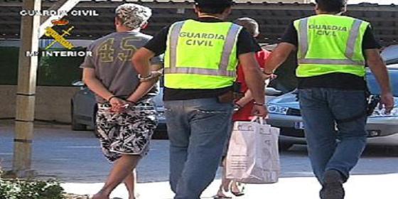 Ofrece éxtasis a dos guardias civiles que estaban de servicio en una playa de Ibiza