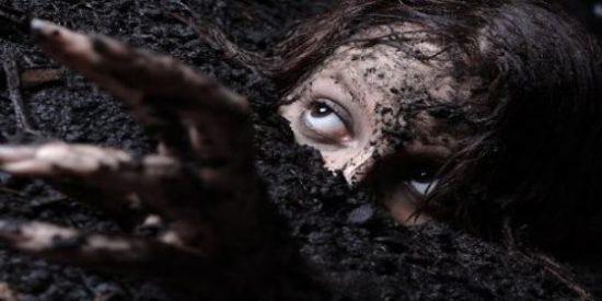 Le entierran vivo bajo el ataúd de la mujer que había violado y asesinado