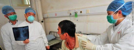 Un enano de 66 años va al hospital a por una revisión y le diagnostican...¡que es una mujer!
