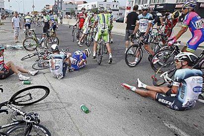 Esperpento en el Tour de Francia: un autobús atrancado en la meta