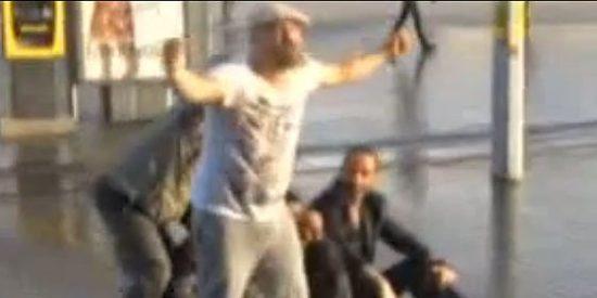 Así noquea la policía turca con un chorro de agua al manifestante que planta cara