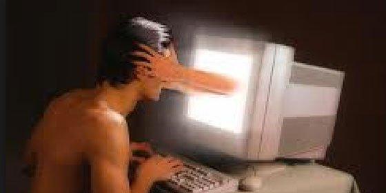 Hombre de entre 25 y 50 años con pareja estable, perfil tipo del adicto al cibersexo