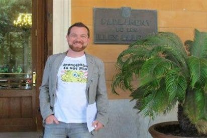Abril asiste al pleno del Parlament con una camiseta de Bob Esponja en alusión a Bosch