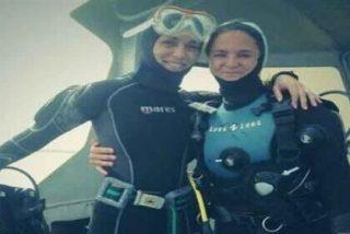 Raquel Sánchez Silva trata de 'emerger' zambulléndose con su madre en Formentera