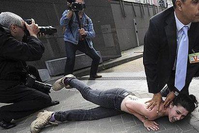Las FEMEN se encarman desnudas al coche del primer ministro de Túnez