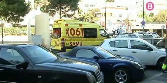 Un coche le secciona la pierna a un joven en Palma tras subirse a la acera
