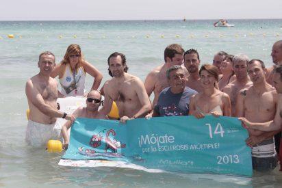 El presidente Bauzá 'se moja' por la esclerosis múltiple en la Playa de Muro