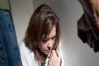Coger a una mujer de los pelos y golpearla contra la pared no es maltrato