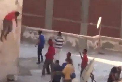 [VÍDEO] Partidarios de Mursi lanzan al vacio a dos jóvenes que celebraban su derrocamiento