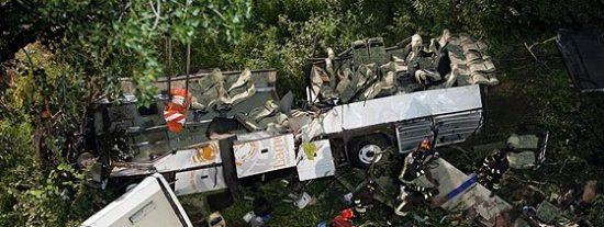 Al menos 36 muertos en Italia al despeñarse un autobús por un viaducto