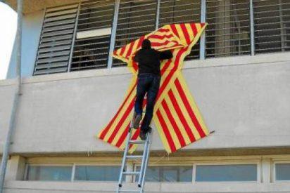 El Govern prohíbe colocar lazos con la bandera catalana en los colegios públicos