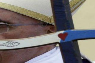 El báculo de madera de cayuco de Francisco y el altar sobre la patera