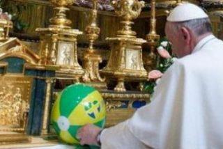 El Papa lleva a la virgen un balón de playa y una camiseta de la JMJ