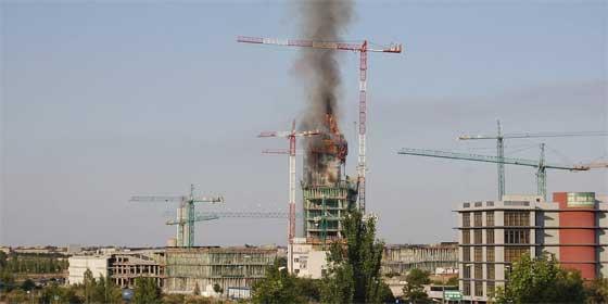 Arde el edificio de 19 plantas que se construye el BBVA en Madrid