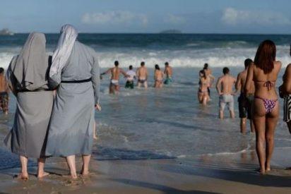 Sotanas y biquinis a la espera del Papa en Copacabana