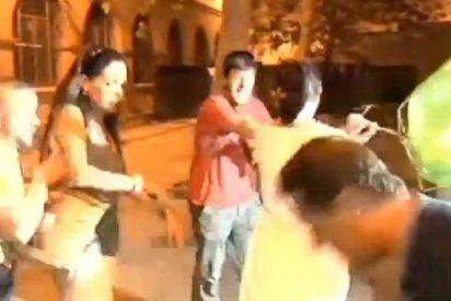 La hermana de 'el de la barbacoa' echa más leña al fuego dando paraguazos a la prensa