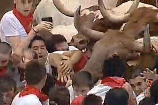Los toros se estrellan contra el tapón humano que bloqueaba la entrada a la plaza