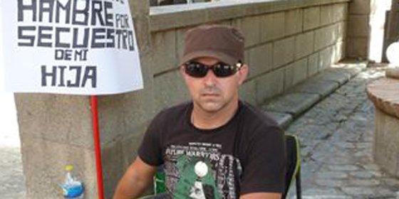 La salud del hombre en huelga de hambre para evitar que se lleven a su hija se debilita