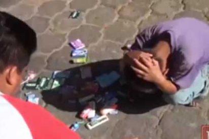 Vea el 'vídeo de la vergüenza' que ha enfurecido al mundo: un policía castiga a un niño a tirar los dulces al suelo