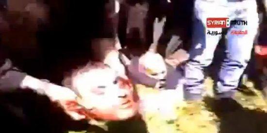 Espeluznantes imágenes de rebeldes sirios decapitando a un sacerdote católico