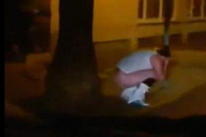El vídeo de un turista defecando en plena calle le puede costar caro a unos policías