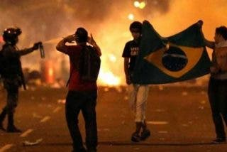 Duros choques entre Policía y manifestantes tras llegar el Papa a Brasil