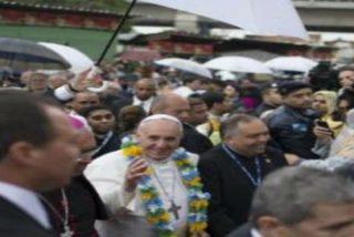 """El Papa de los pobres toca """"carne de Cristo"""" en las favelas"""