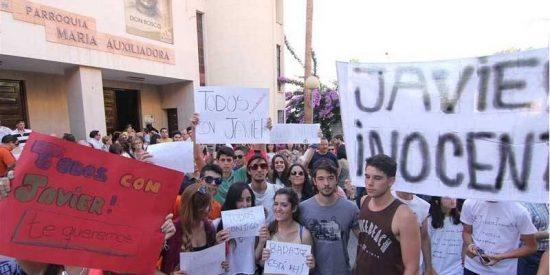 Unas 200 personas apoyan en Badajoz al sacerdote detenido en Cádiz