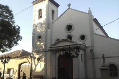 Feligresas reducen a un hombre que entró ebrio y con una pistola de fogueo en una iglesia