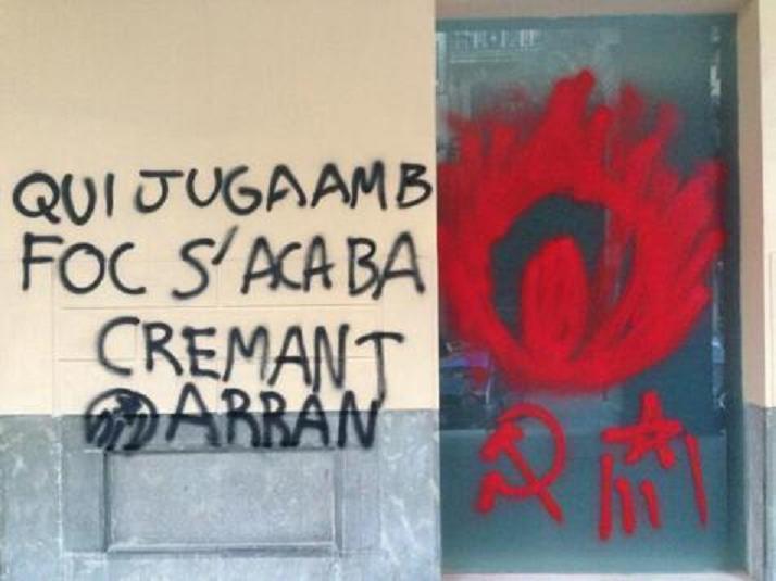 """Arran 'fríe' a pintadas la sede del PP: """"Quien juega con fuego, se acaba quemando"""""""