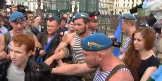 El vídeo que muestra cómo se las gasta el Ejército ruso con los gays que protestan