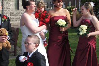 Una mujer descubre en Facebook las fotos de su marido...¡casándose con otra!