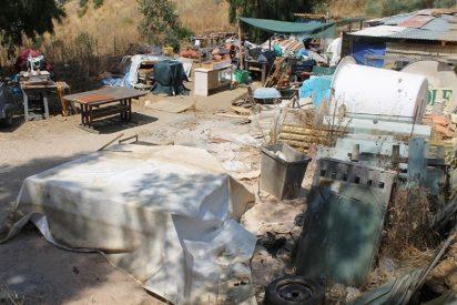 Se montan un asilo en un solar de Mijas y meten a las ancianas en un basurero