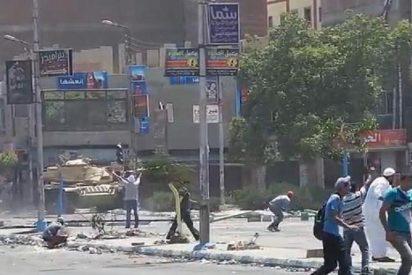 [Vídeo] Egipto: El tanque dispara al hombre desarmado que le hace frente brazos en alto