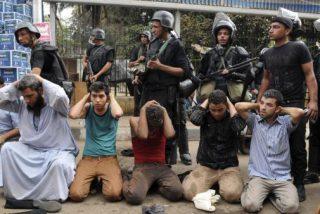 El vídeo de la joven a la que pegan un tiro mientras graba la represión en Egipto