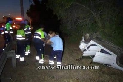 [Vídeo] Vuelca un coche tras embestirle un conductor borracho en la autopista de Palma
