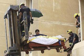 Rescatan de su casa a un joven que pesa 610 kilos con una grúa