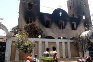 Queman medio centenar de iglesias y centros cristianos en Egipto